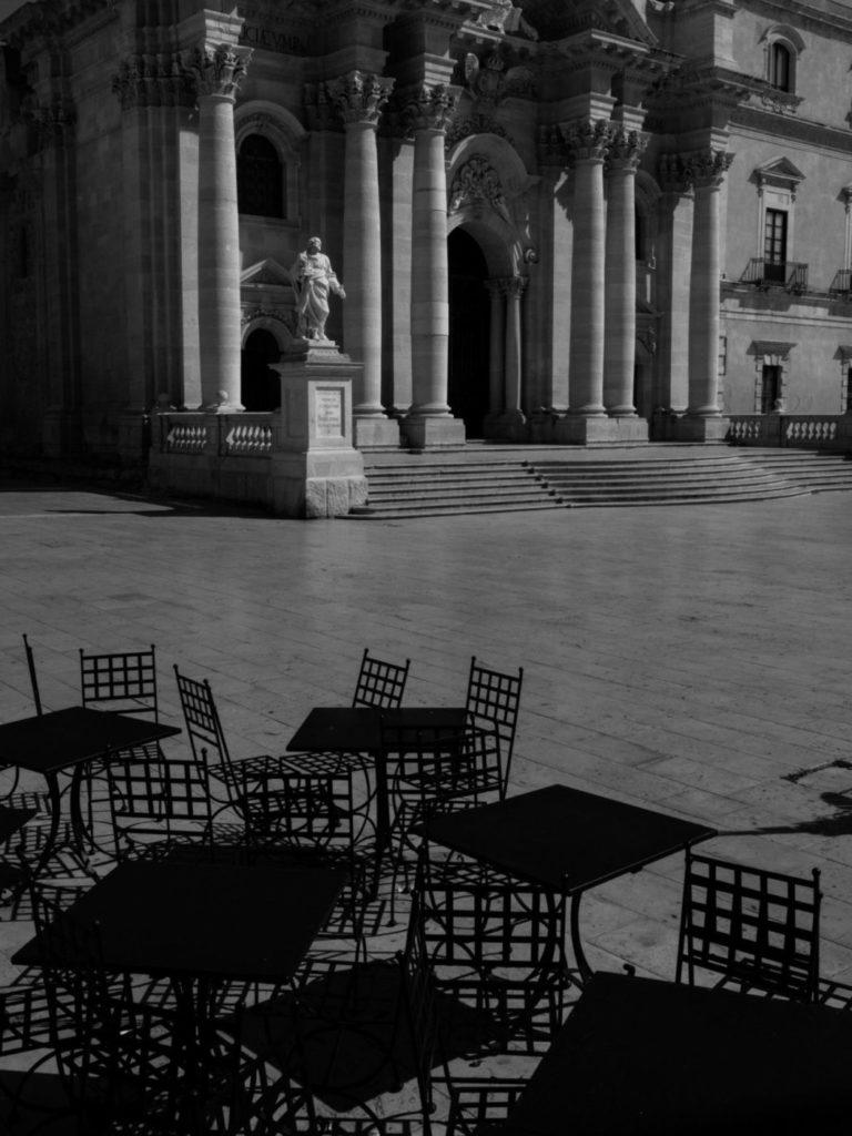 Обычно шумная площадь Санта-Лючия в Сиракузах сейчас пустует, остров Сицилия, Италия, 2020 год.
