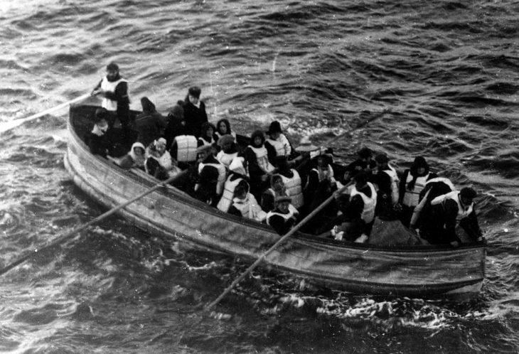 Лодка с выжившими пассажирами Титаника