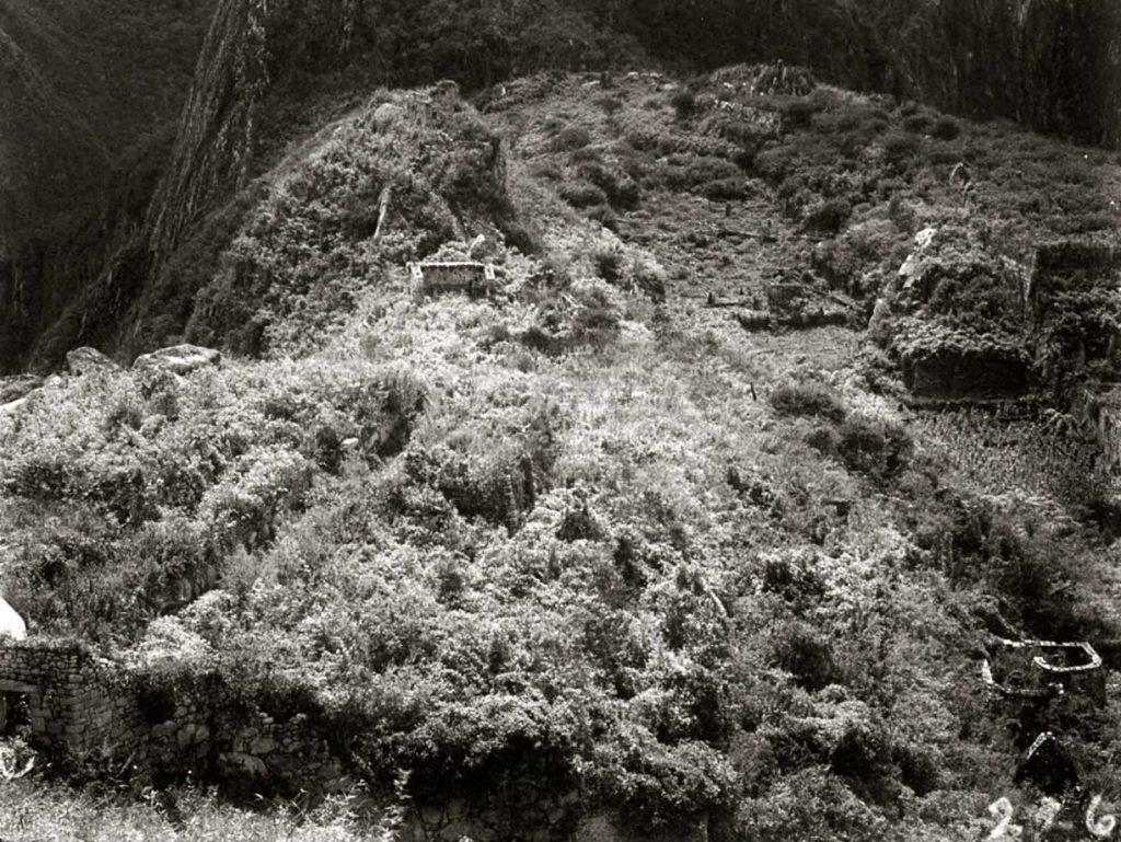 Бингхэм вернулся в Мачу-Пикчу в 1912 году с командой, чтобы начать раскопки на месте, а затем ненадолго посетил снова в 1915 году (на фото).