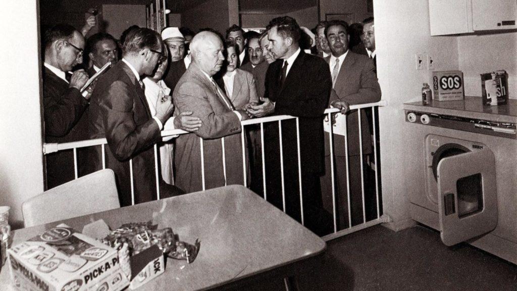 Павильона, имитирующего обычную американскую кухню, Американская Национальная Выставка, Москва 1959 год.