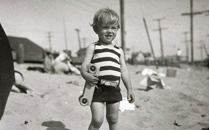 Маленькая Мэрилин на пляже, 1929 год.