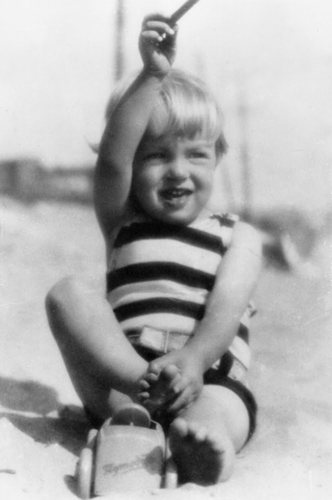 Норма Джин в возрасте 3-х лет на пляже, 1929 год.