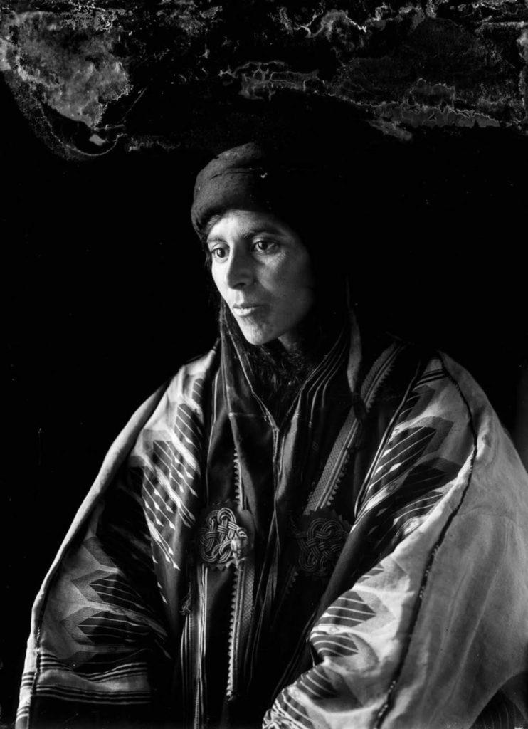 Бедуины — термином принято обозначать всех жителей арабского мира, которые ведут кочевой образ жизни, независимо от их национальности или религиозной принадлежности.