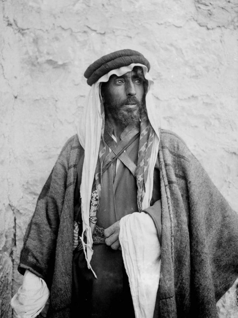 Традиционное бедуинское «платье» - это thobe (также пишется как thawb, которое является стандартным арабским платьем).
