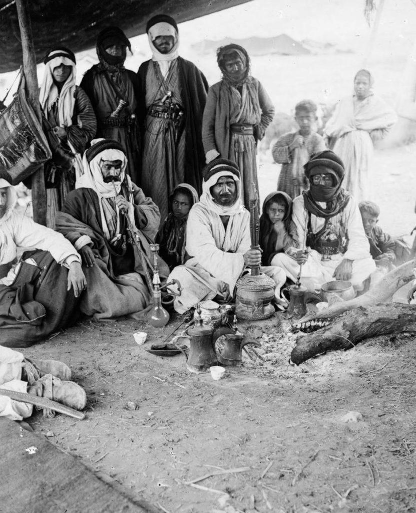 Группа бедуинов курит кальян, 1898 год.