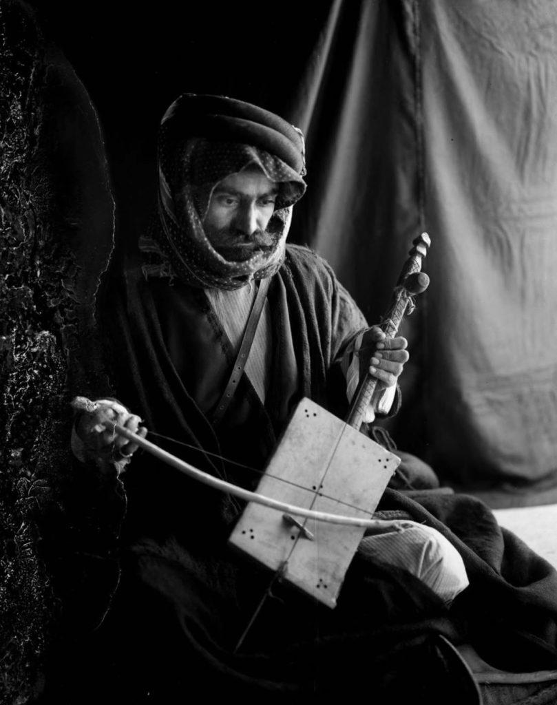 Мужчина с традиционным музыкальным инструментом - ребаб, 1898 год.