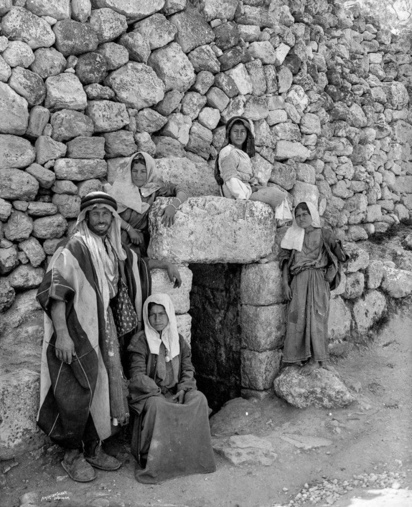 Бедуины возле гробницы Лазаря в Иерусалиме, 1898 год.