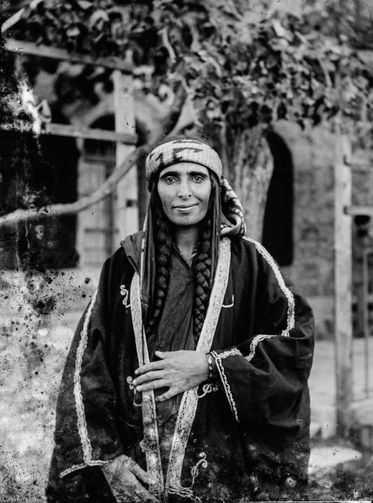 Женщина - бедуин из оседлого городка Керак, Иордания, вероятно, являлась женой шейха, 1898 год.