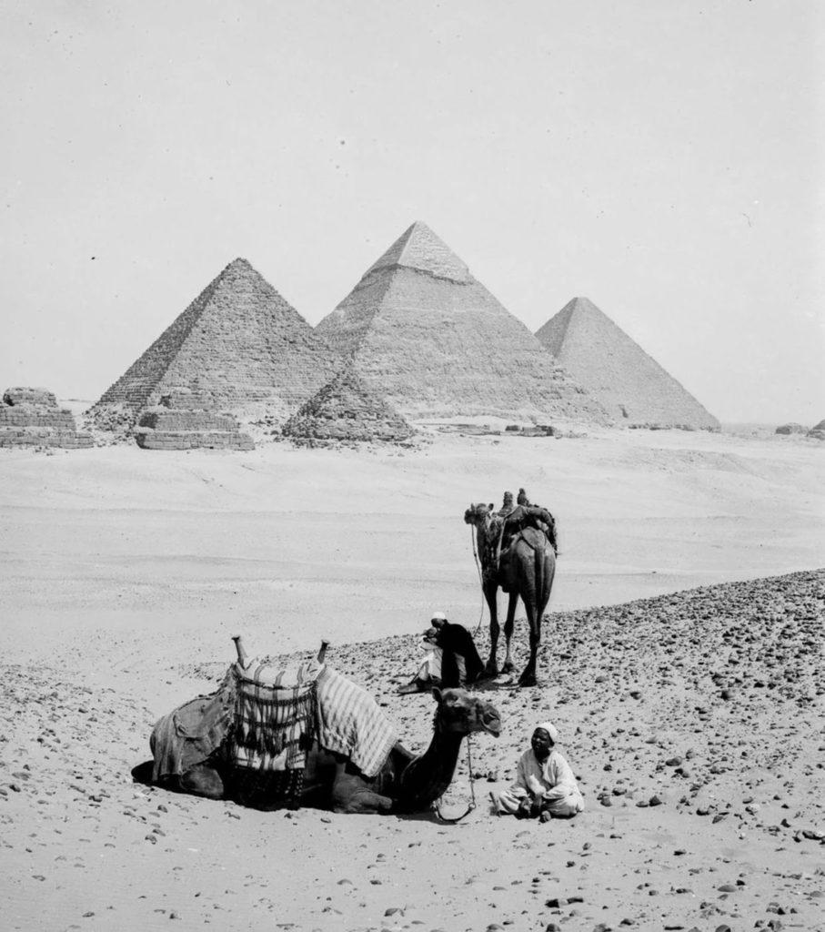 Бедуины отдыхают возле пирамид, Гиза, Египет, 1898 год.
