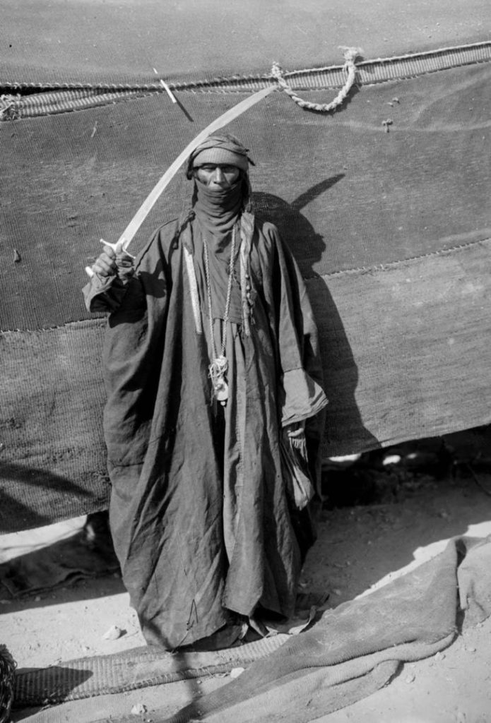 Мужчина - бедуин с мечом, 1898 год.