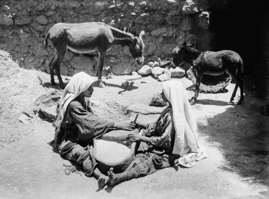 Две девушки - бедуин за работой, 1898 год.