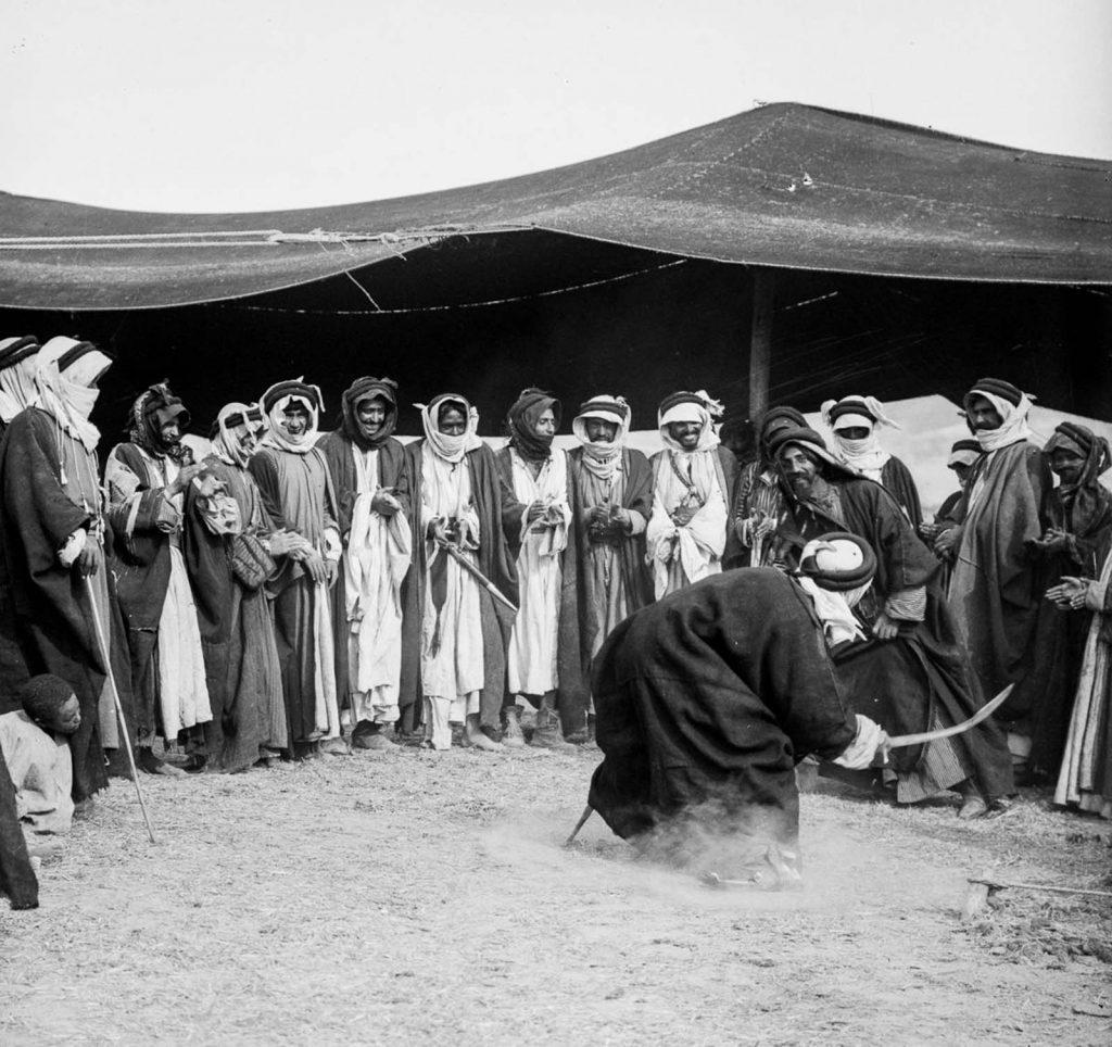 Мужчина - бедуин исполняют танец с мечом на бедуинской свадьбе, 1898 год.