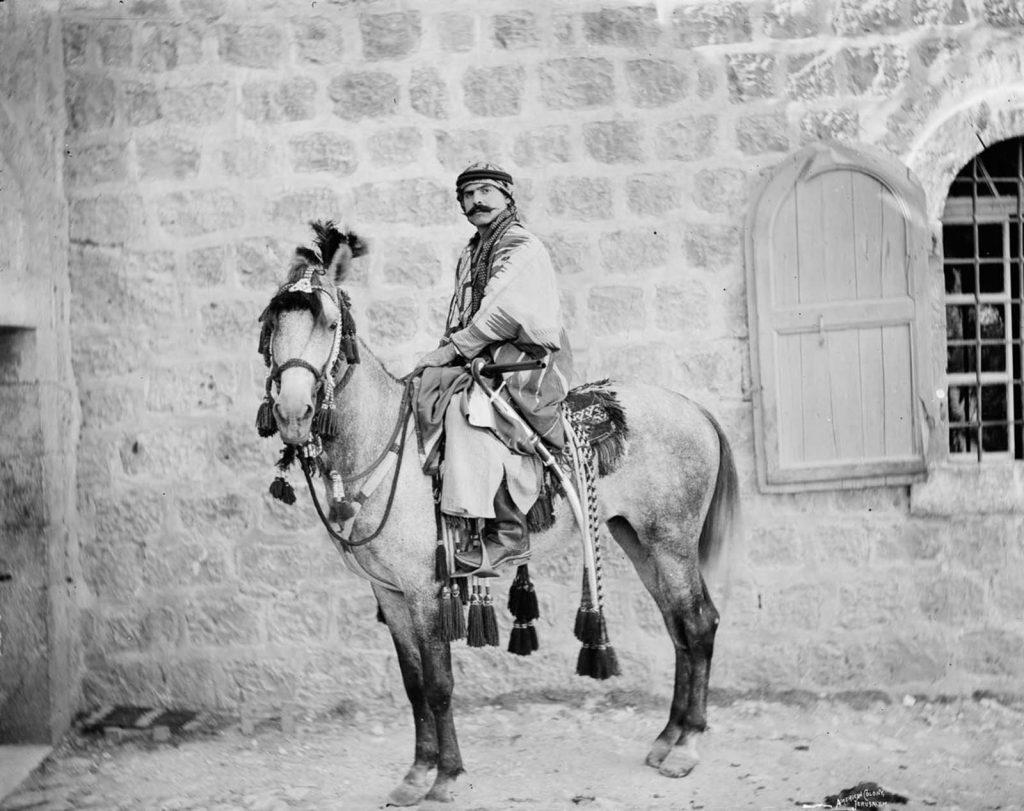 Мужчина - бедуин позирует верхом на лошади, 1898 год.