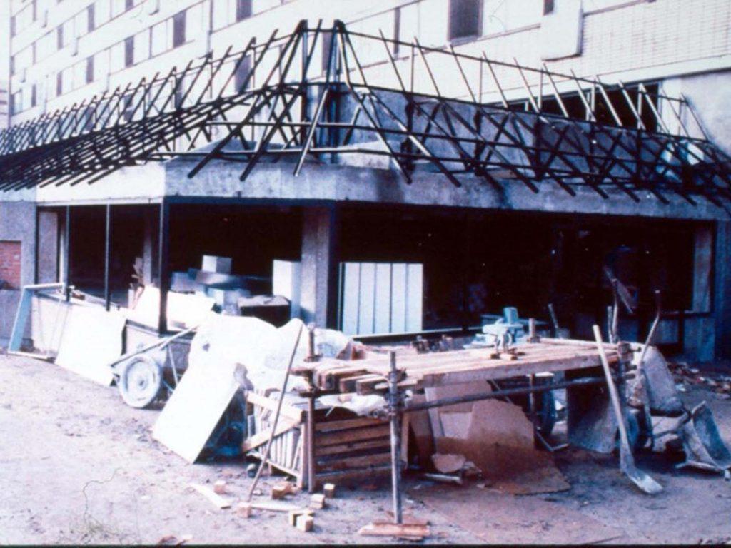 Это был самый большой Макдональдс в мире на момент строительства.