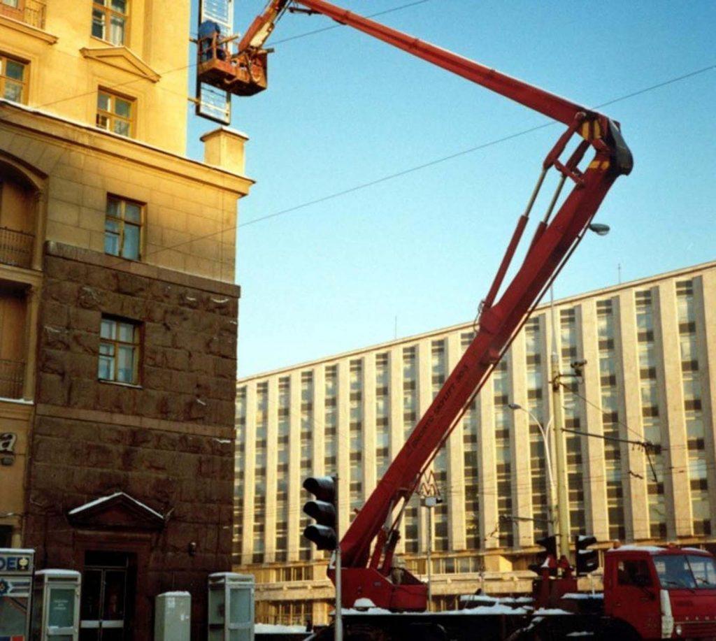 Первый McDonald's в Москве был рассчитан на 900 человек и требовал большое количество персонала.