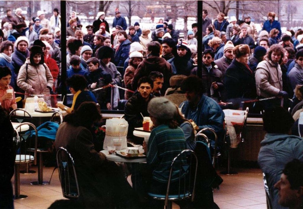 Огромная толпа выстроилась возле первого McDonald's в Москве.