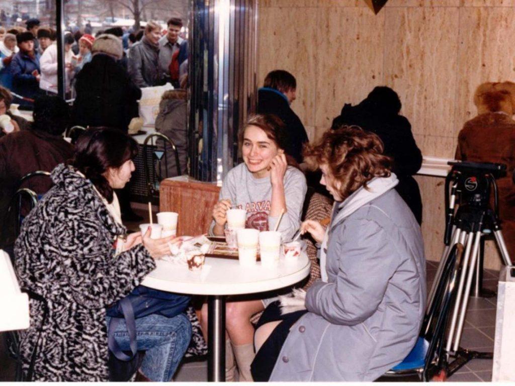 В общей сложности более 30 000 клиентов прошли через двери в день открытия ресторана.