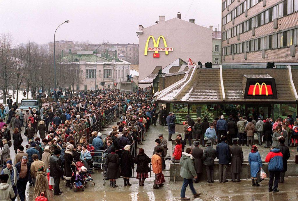 Пришло лето, но очереди продолжали расти. Люди со всех городов стекались в ресторан только для того, чтобы попробовать гамбургер.