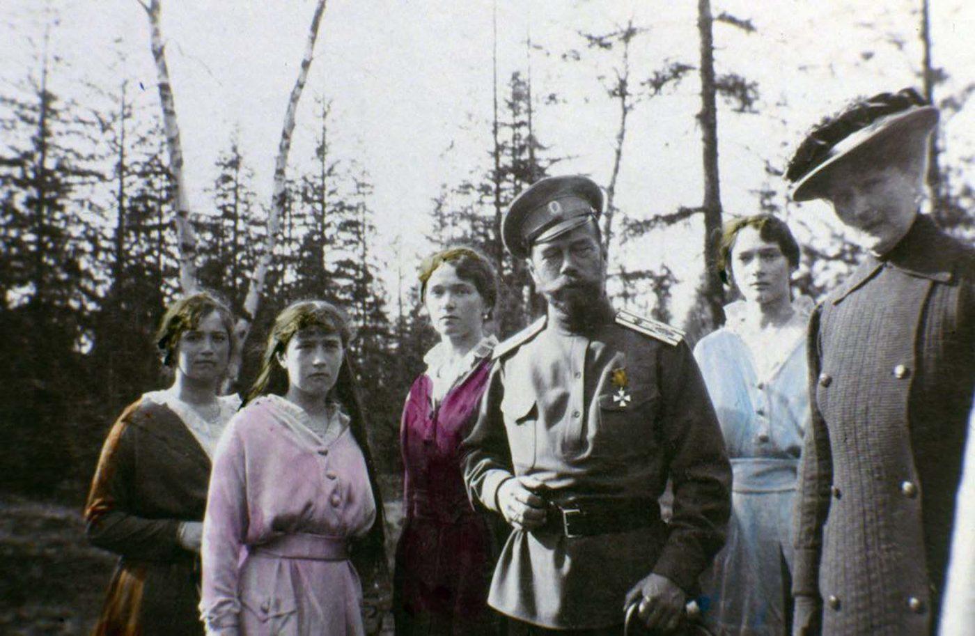 Царь Николай II с дочерьми (слева направо) Мария, Анастасия, Ольга и Татьяна Романовы.