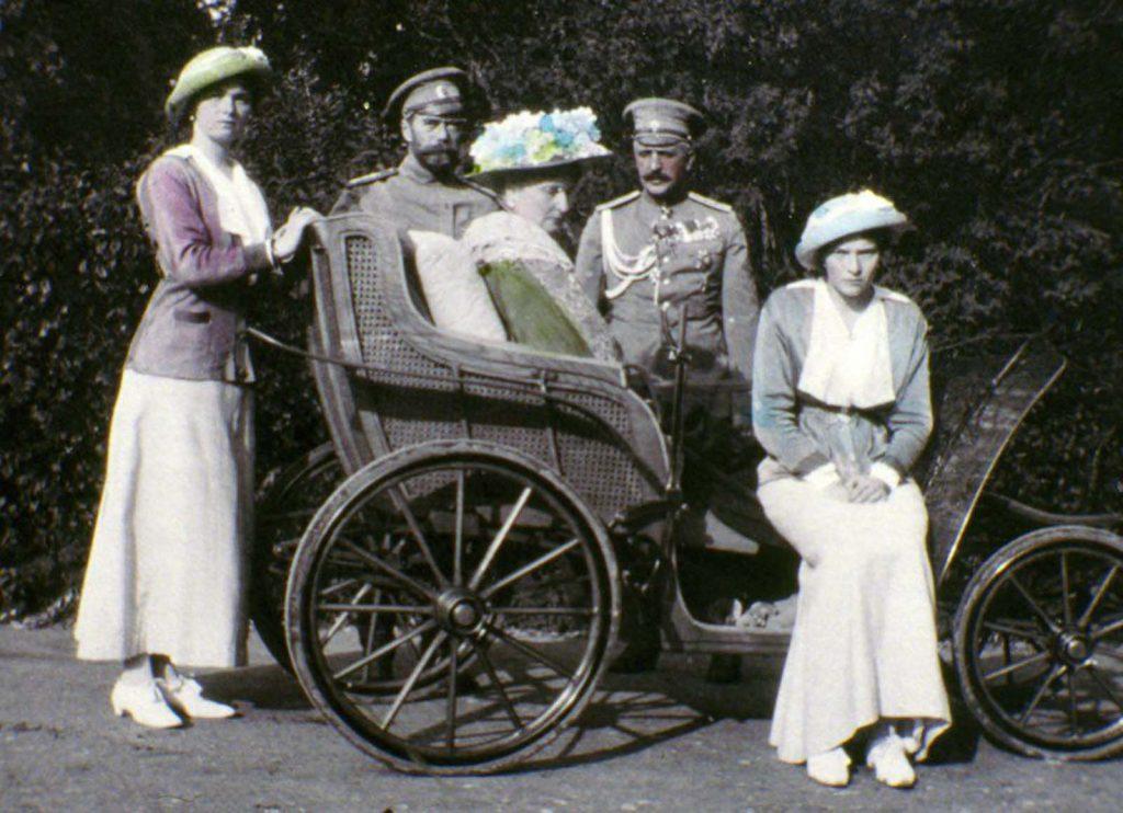 Царь (второй слева) и семья.
