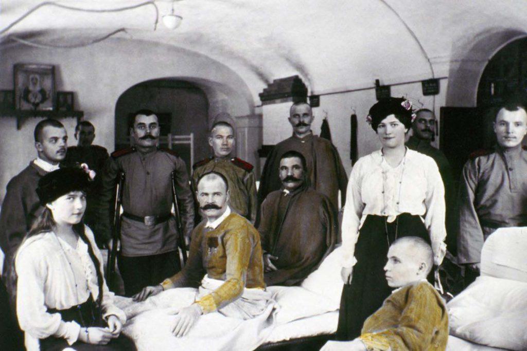 Анастасия (слева) и Мария навещают раненых солдат Первой мировой войны в больнице.