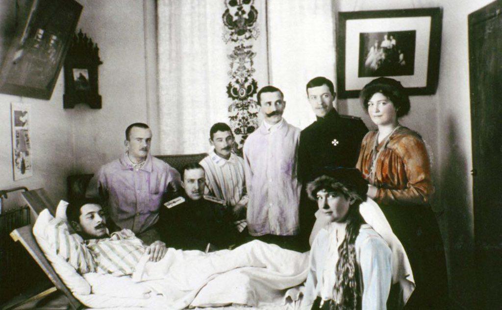 Анастасия и Мария навещают раненых солдат в больнице во время Первой мировой войны.