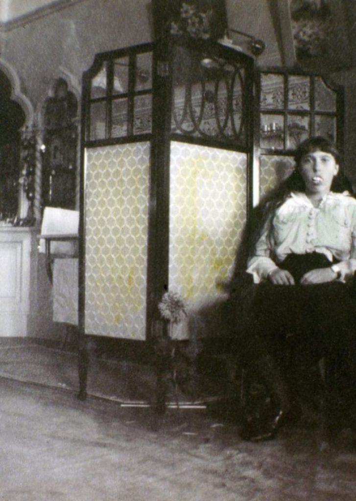 Анастасия Романова с накладными зубами.