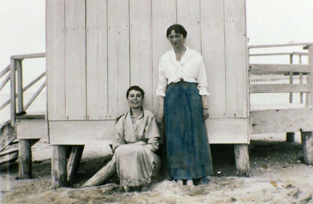 Неизвестная женщина и Ольга Романова (справа).