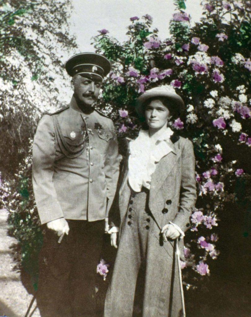 Неизвестный мужчина с Татьяной Романовой.