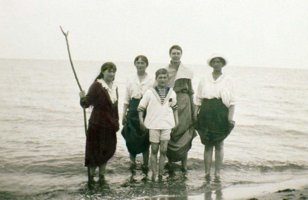Мария, Ольга, Алексей, неизвестная женщина и Татьяна Романовы.