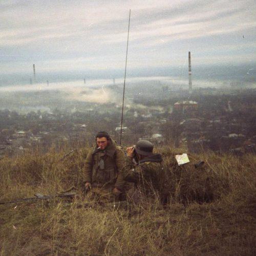 Российский солдат в немецкой каске с видом на Грозный, 1999 год.