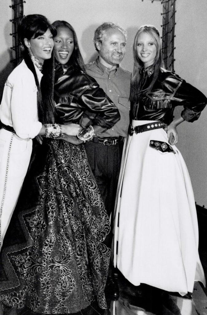 Супермодели девяностых, Линда Евангелиста, Наоми Кэмпбелл, Джанни Версаче и Кристи Тарлингтон - фотография с легендарным модельером, март 1992 года.