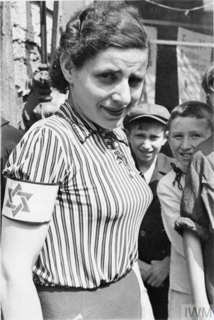 Женщина в полосатой блузке с повязкой на руке (на повязке изображена звезда Давида), Варшавское Гетто, Польша, 1941 год.