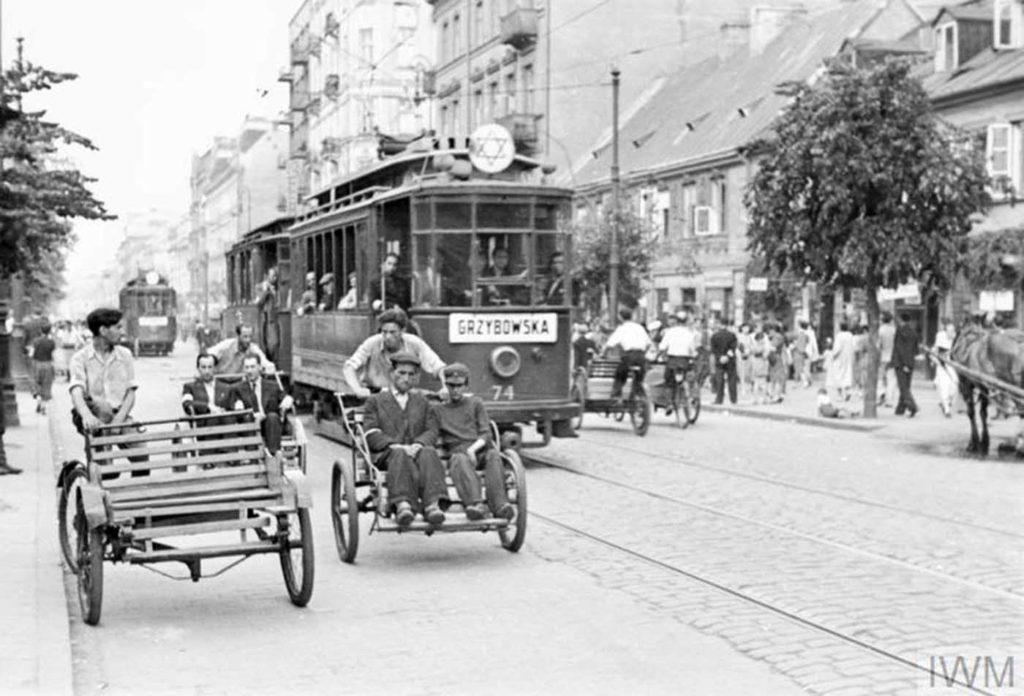 Уличные рикши и трамвай, перевозящий пассажиров по улице Лешно, Варшава, Польша, 1941 год.