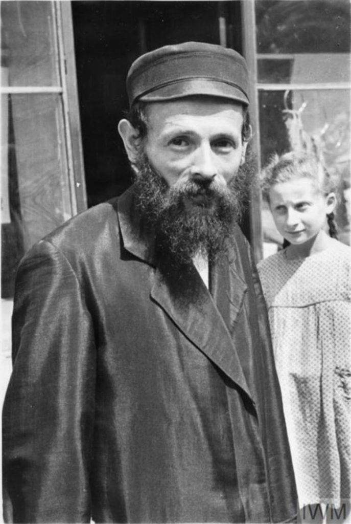 Мужчина позирует перед камерой, Варшава, Польша, 1941 год.