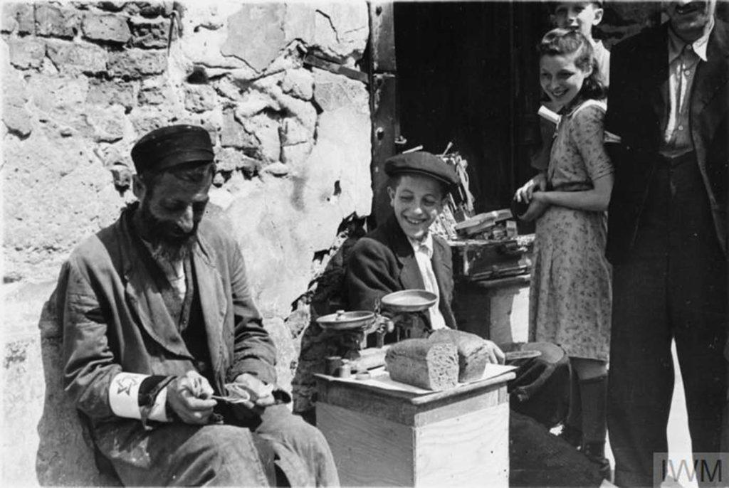 Мужчина продает хлеб на улице, Варшава, Польша, 1941 год.