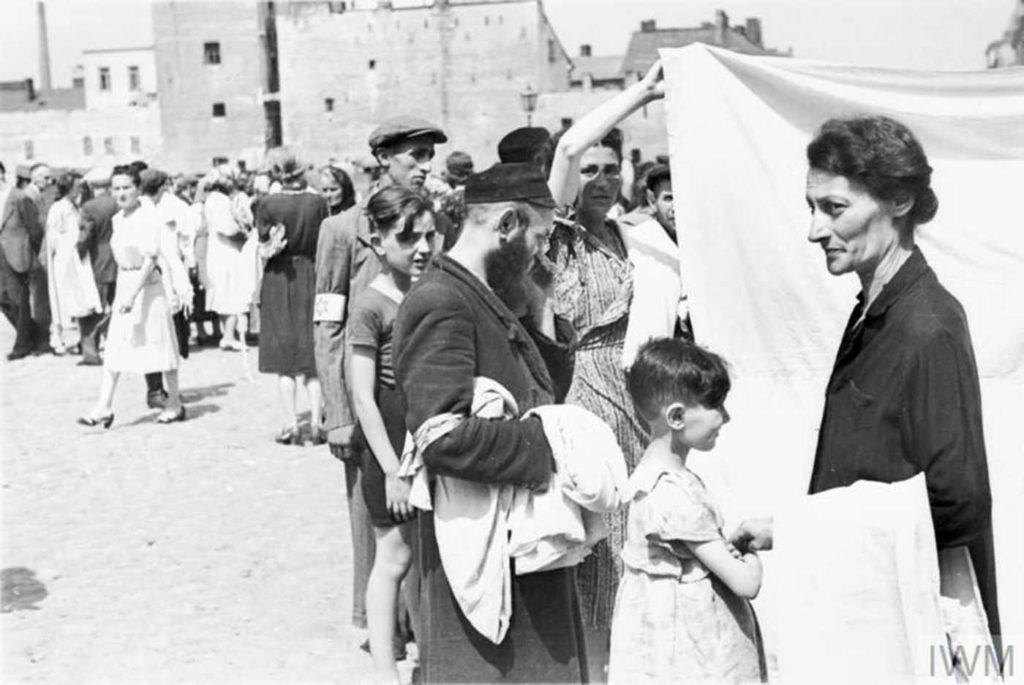 Жители гетто покупают/продают простыни на улице, Варшава Гетто, 1941 год.