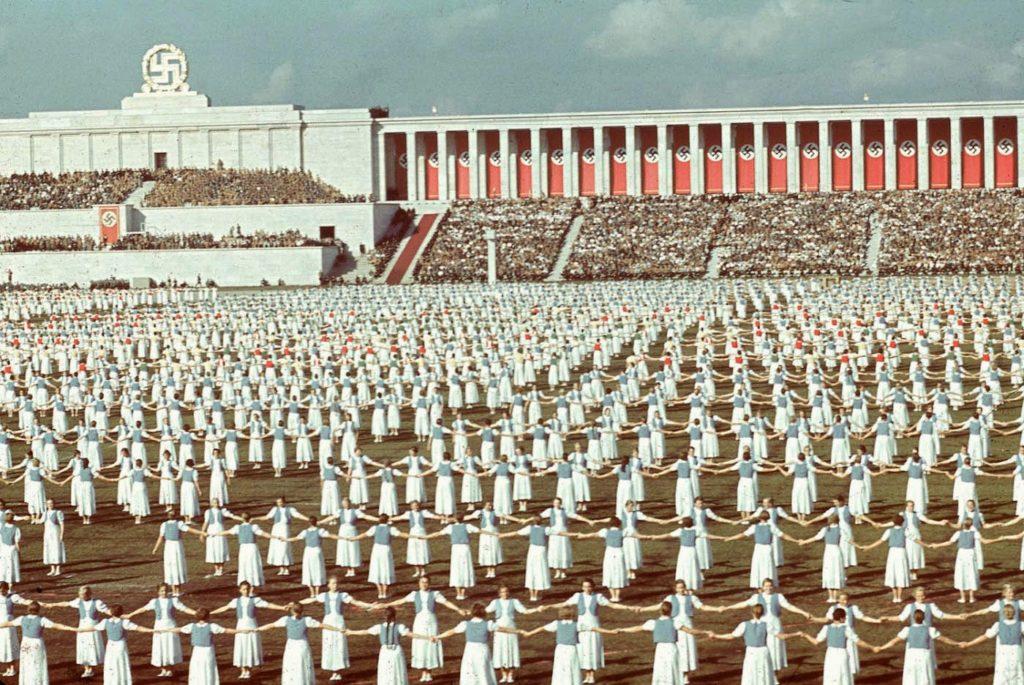 Лига немецких девушек танцует во время съезда нацистской партии, 1938 года, Нюрнберг, Германия.