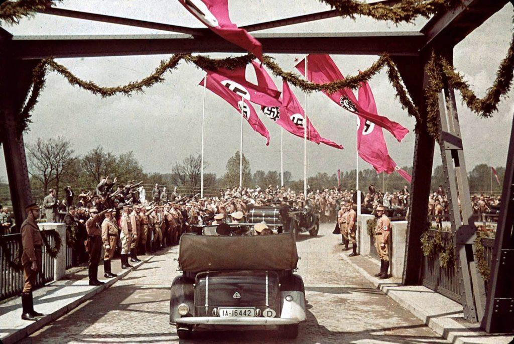 Нацистские чиновники на пути к заводу Volkswagen Works, 1938 год.