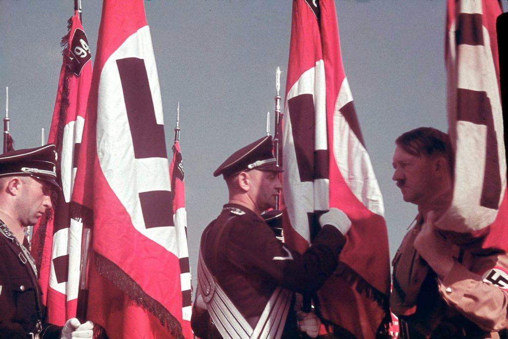 Адольф Гитлер на присяге знаменосцев СС на съезде нацистской партии, Нюрнберг, 1938 год.