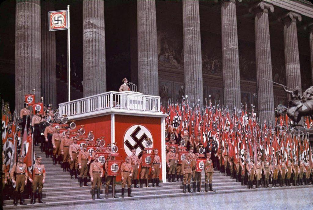 Министр пропаганды Йозеф Геббельс выступает в Люстгартене в Берлине, 1938 год.