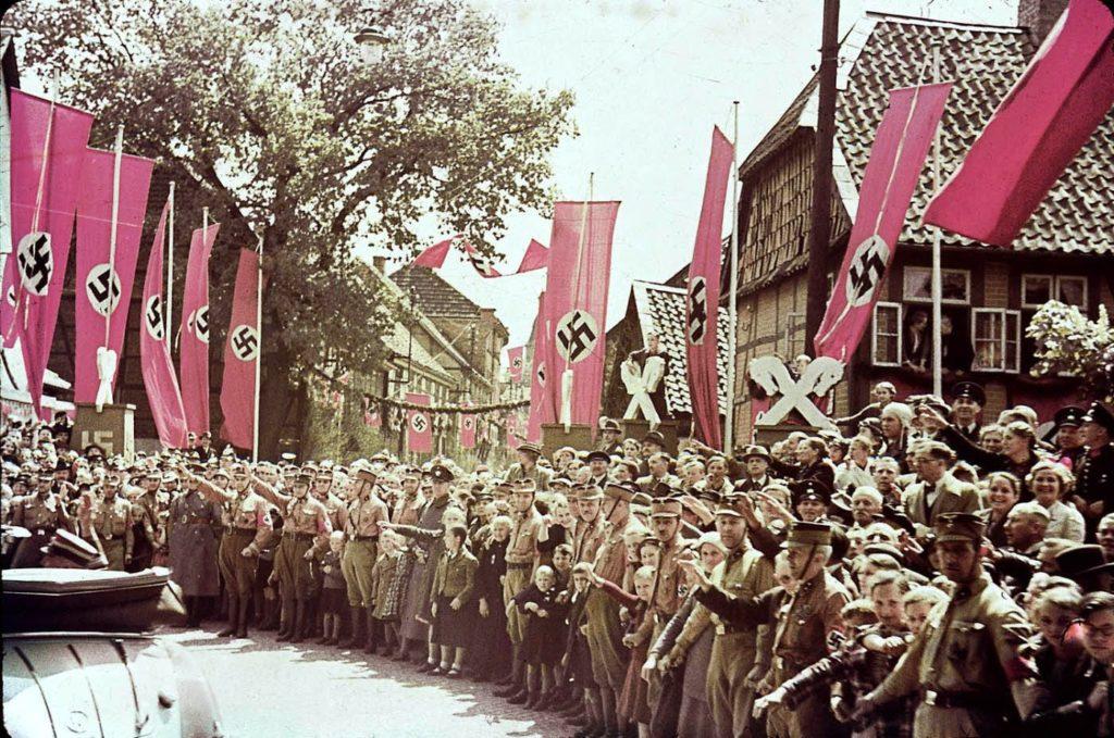 Сцена вдоль дороги, ведущей к заводу Volkswagen, в 1938 год. Вермахт - редкие цветные фотографии.