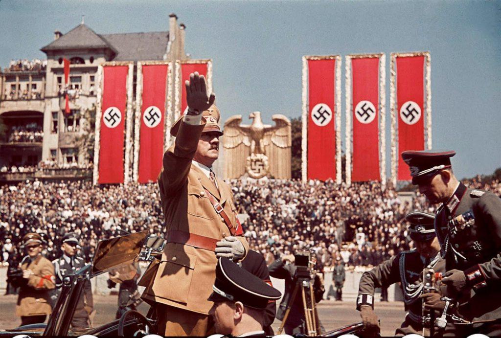Адольф Гитлер приветствует войска Легиона Кондора, сражавшегося вместе с испанскими националистами в гражданской войне в Испании во время митинга по возвращении в Германию в 1939 году.