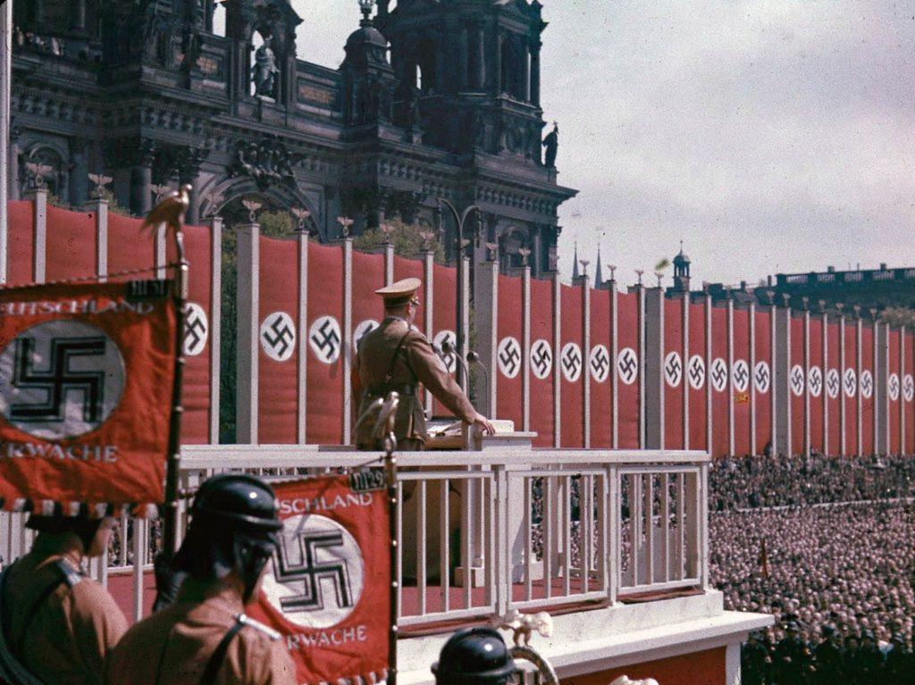 Адольф Гитлер выступает в Люстгартене, Берлин, 1938 год.