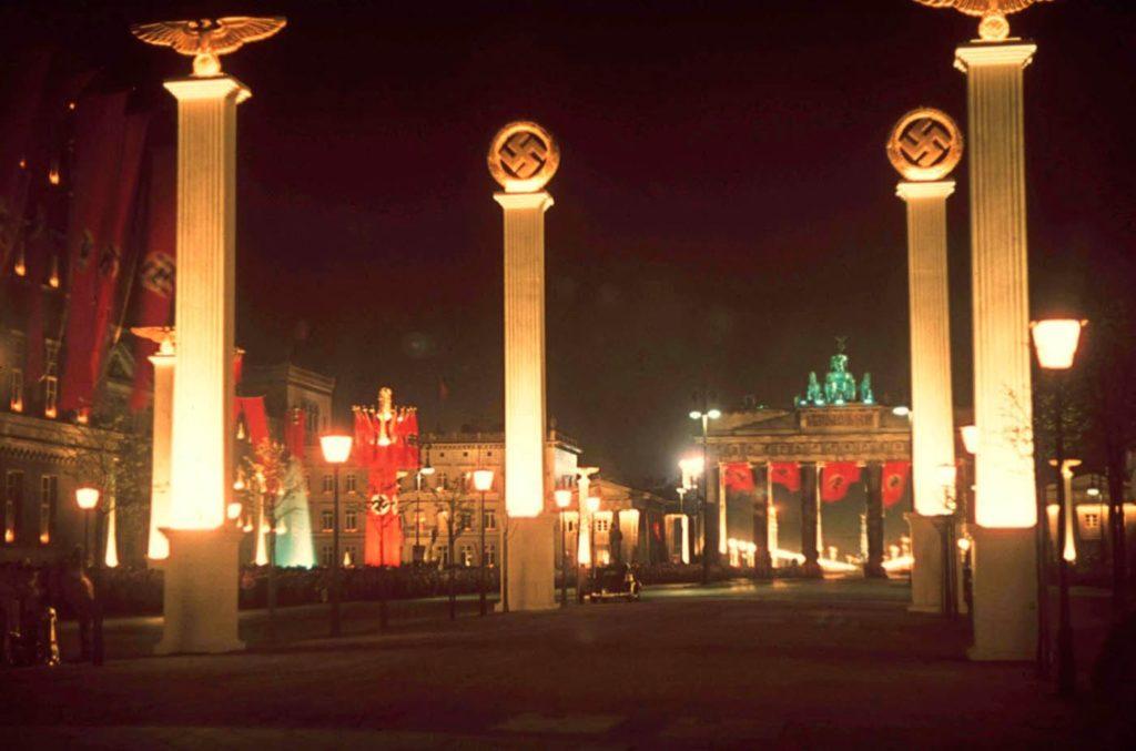 Берлин в полночь, освещенный в честь 50-летия Гитлера, апрель 1939 года.