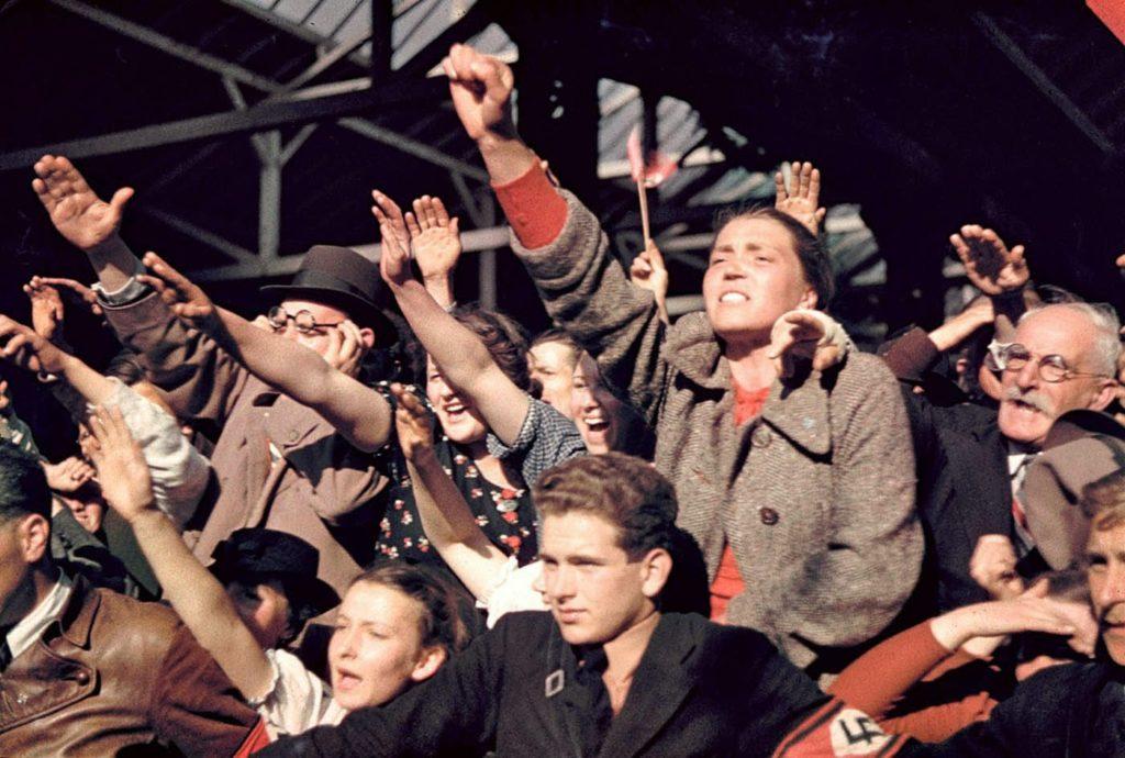 Толпы приветствующих кампанию Адольфа Гитлера по объединению Австрии и Германии, 1938 год.