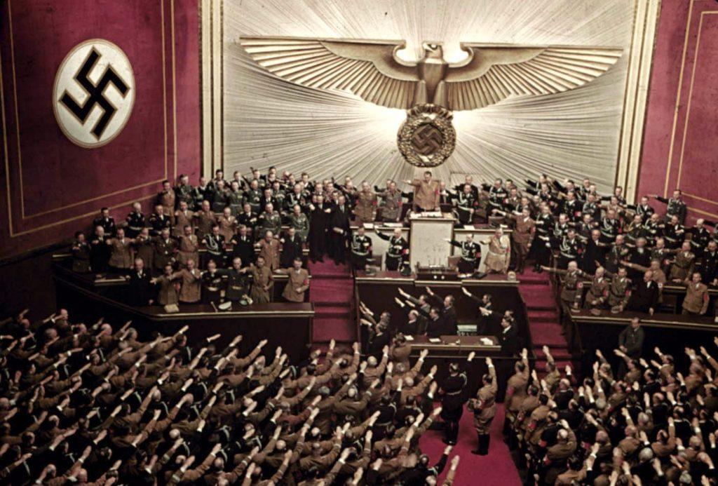 Адольф Гитлер выступает с речью на заседании Рейхстага, оперный театр Кролл, Берлин, 1939 год. Вермахт - редкие цветные фотографии.