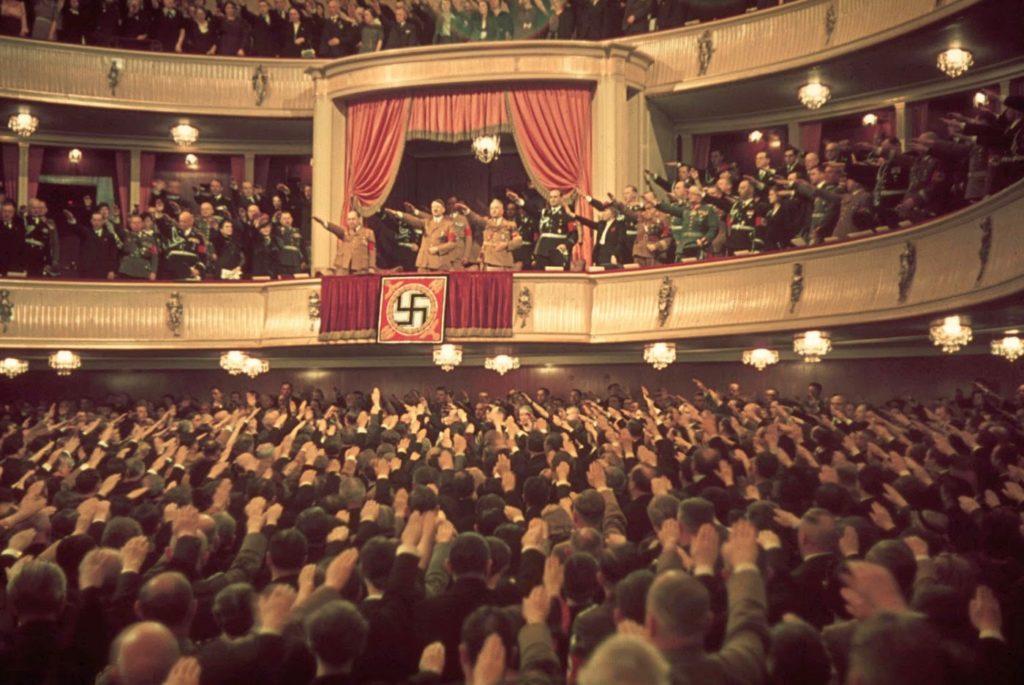 Адольф Гитлер и Йозеф Геббельс в Театре Шарлоттенбург, Берлин, 1939 год. Вермахт - редкие цветные фотографии.