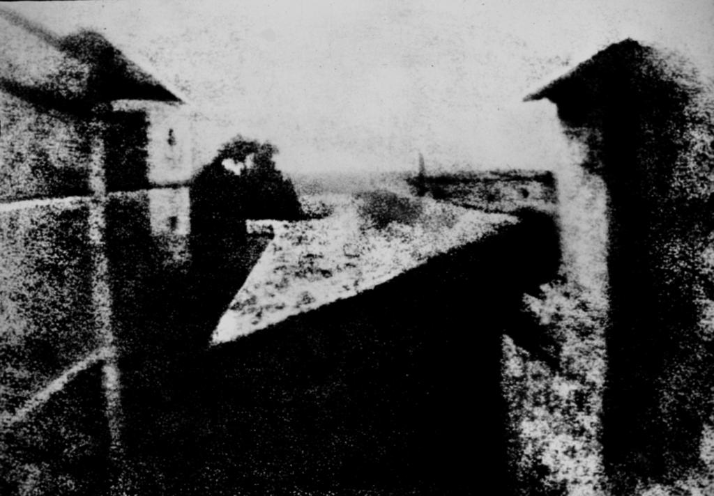 Вид из окна в Ле Гра - Первая фотография в истории.