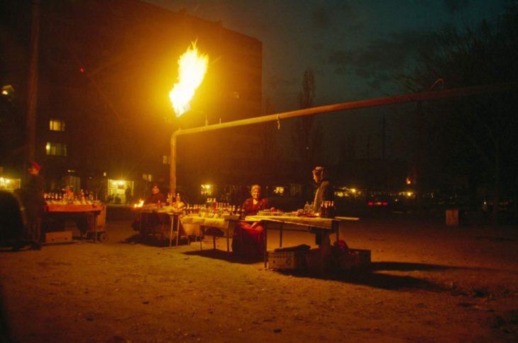Женщины торгуют на улице в Грозном, февраль 2002 года.